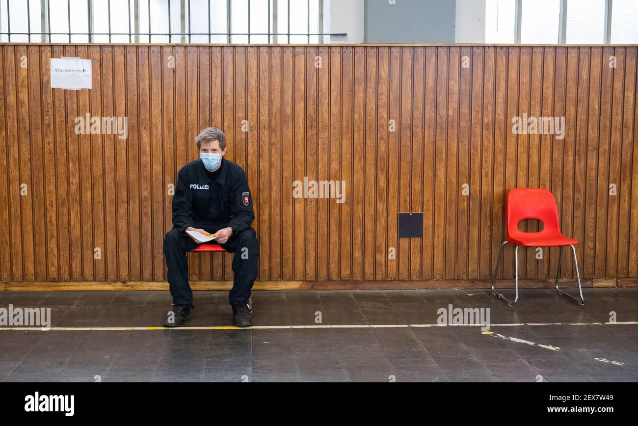 04 marzo 2021, bassa Sassonia, Hannover: Un agente di polizia attende di essere vaccinato contro il virus Corona presso la direzione della polizia centrale della bassa Sassonia. La vaccinazione prioritaria dei poliziotti è iniziata in bassa Sassonia. Foto: Julian Stratenschulte/dpa Foto Stock