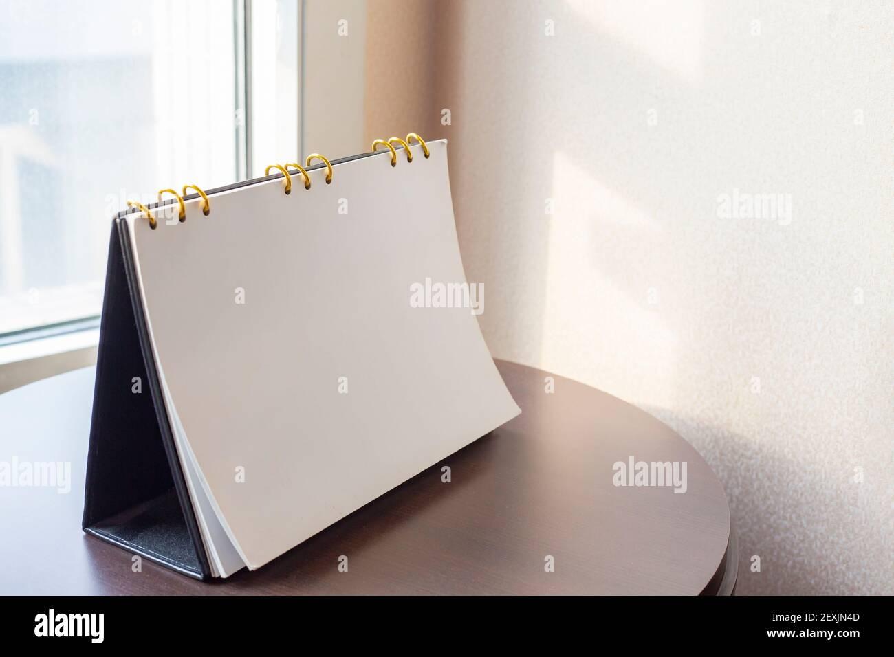 Diario di calendario della scrivania sul tavolo dell'ufficio dell'hotel con luogo di lavoro dell'anno 2021. Pianificazione programma, evento, organizzatore del piano 2020 a 2022. Appuntamento, o Foto Stock