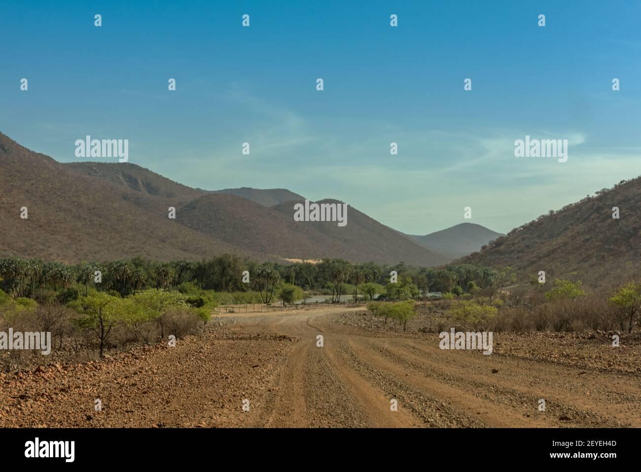 Vista panoramica del fiume Kunene, il fiume di confine tra Namibia e Angola Foto Stock