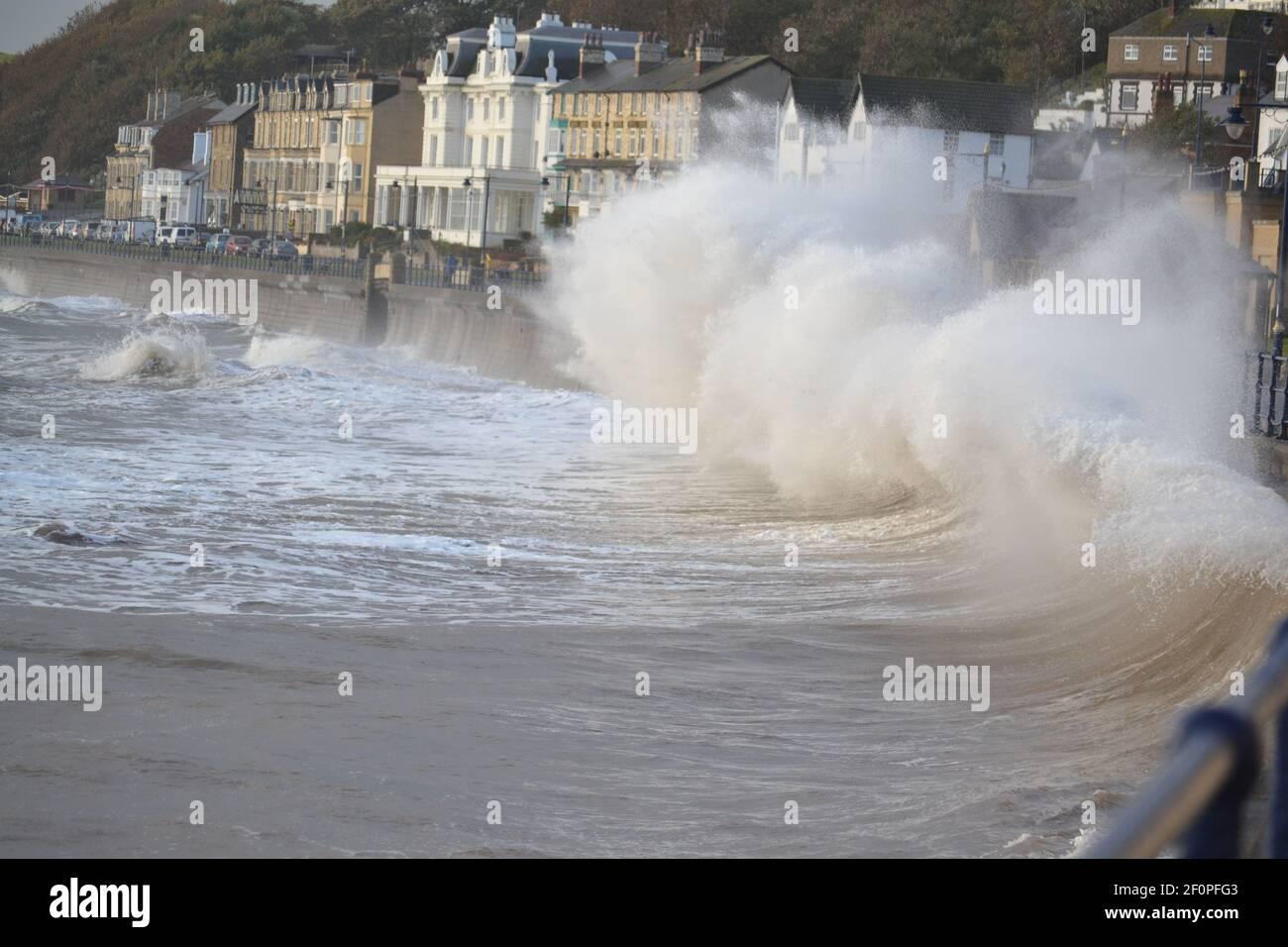 Tempesta Mare del Nord - onde che si infrangono nel muro di mare - acqua bianca - acqua potente - Mare pericoloso - cambiamento climatico - Meteo - Filey Bay - Yorkshire UK Foto Stock