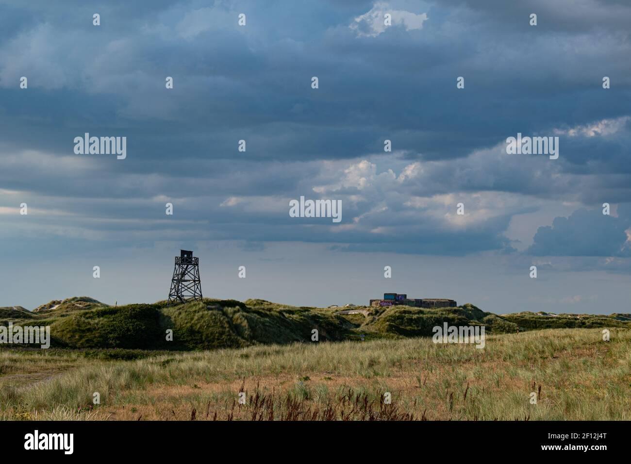 Dune di sabbia della spiaggia di Blavand in Danimarca con torre di avvistamento e bunker Foto Stock