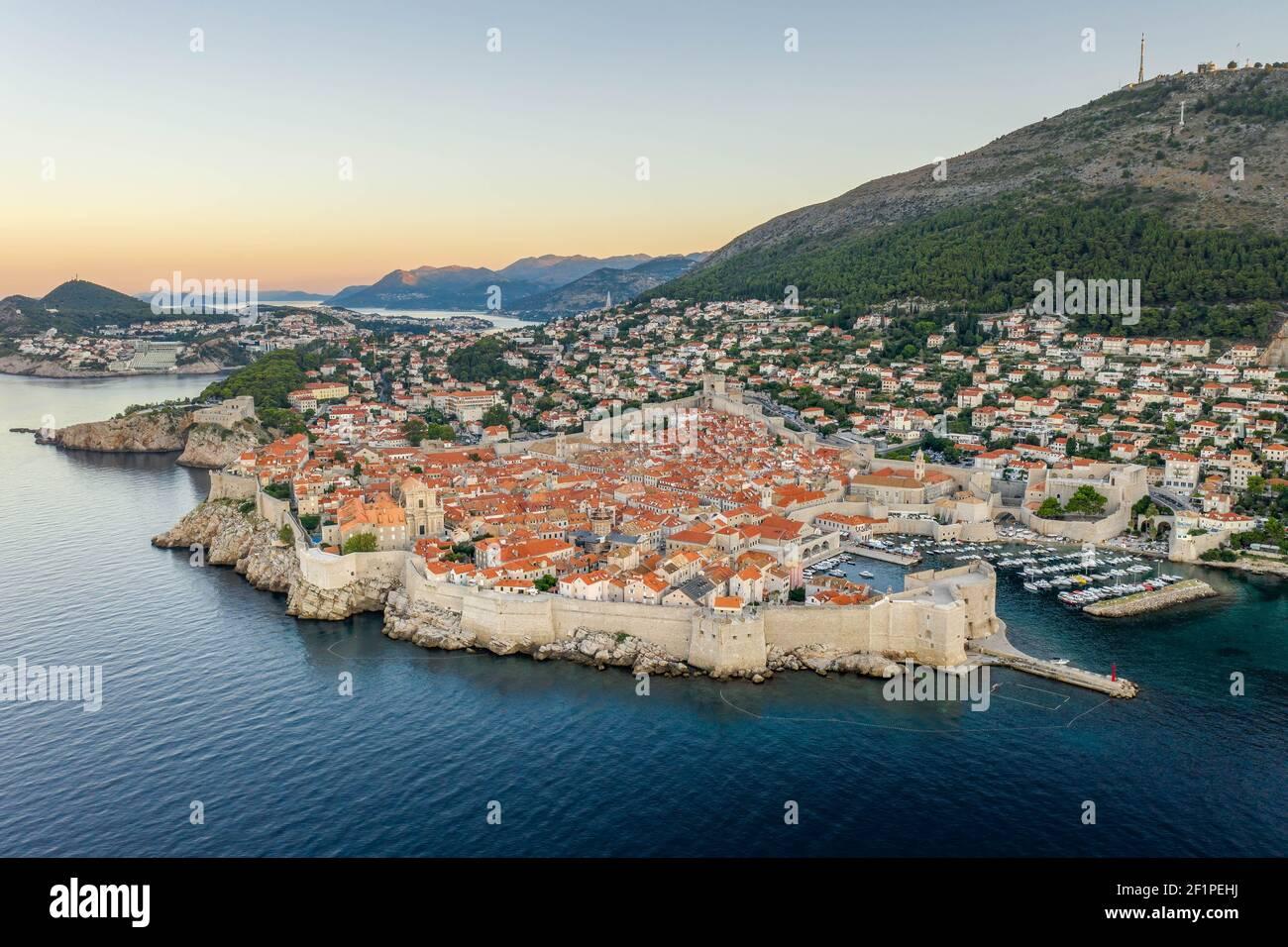 Foto aerea di un drone delle mura della città di Dubrovnik nel mare Adriatico In Croazia estate con vista della montagna SRD prima dell'alba Foto Stock