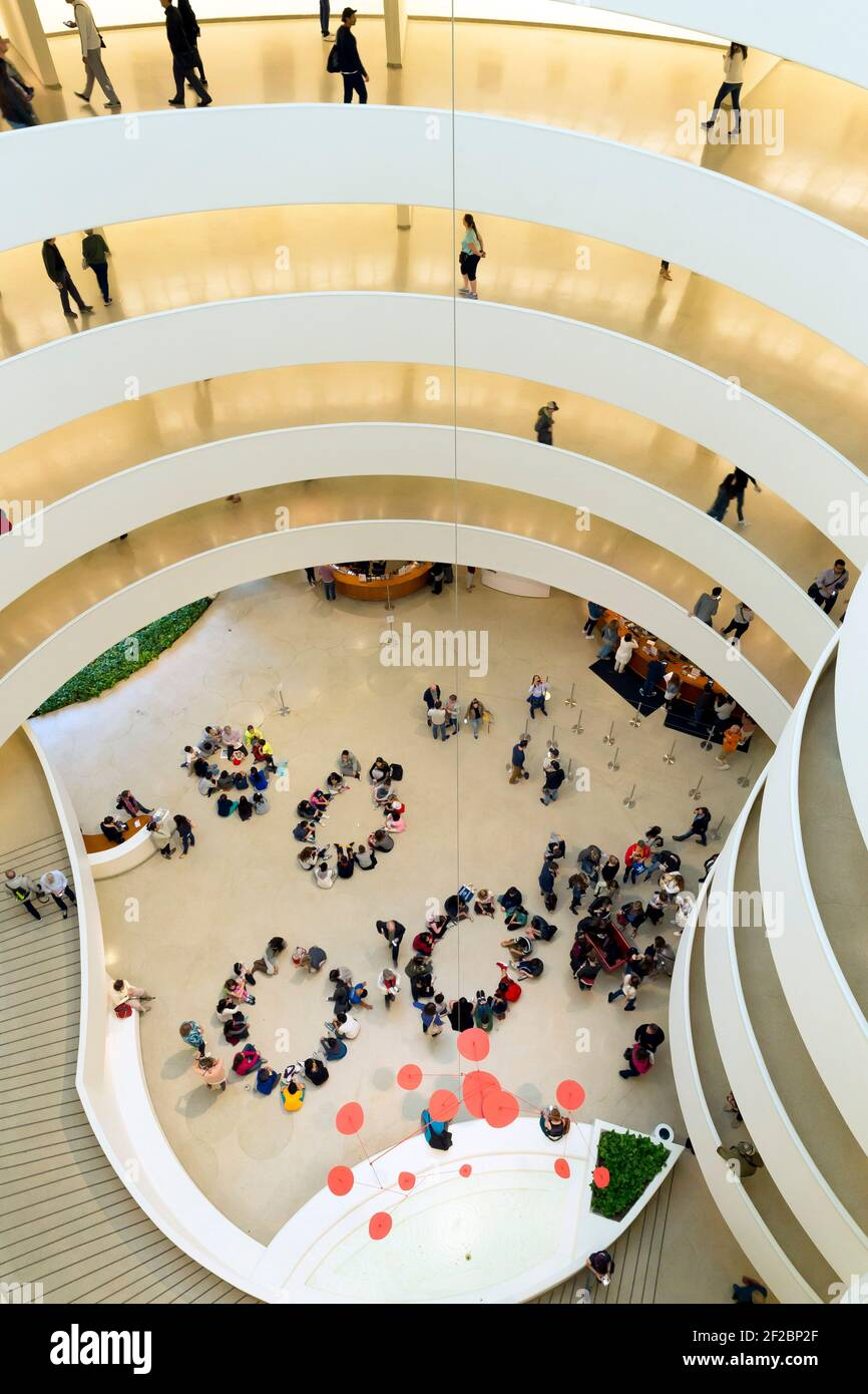 Visitatori e scolaresche, interni di Solomon R Guggenheim Museum, Manhattan, New York City, Stati Uniti d'America, America del Nord Foto Stock