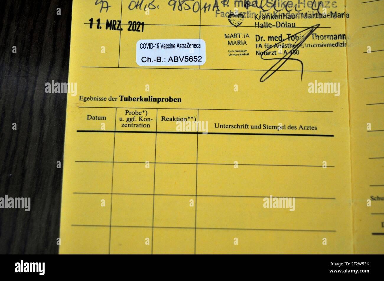 ein Eintrag einer Corona Impfung mit dem Impstoff des Pharmakonzern AstraZeneca in einem Impfausweis Foto Stock
