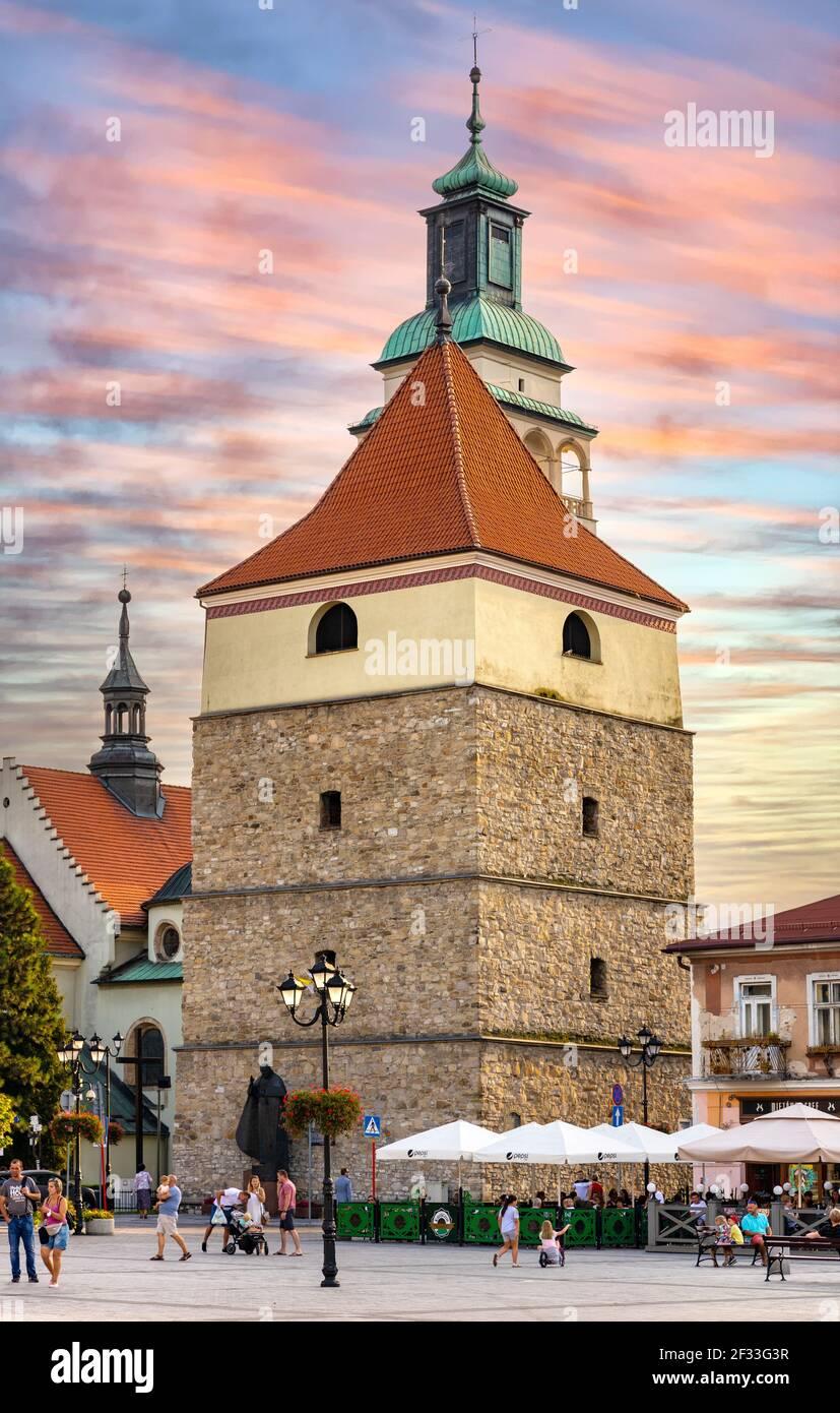 Zywiec, Polonia - 30 agosto 2020: Vista panoramica sulla piazza del mercato con storico campanile in pietra e Cattedrale della Natività della Beata Vergine Maria Foto Stock