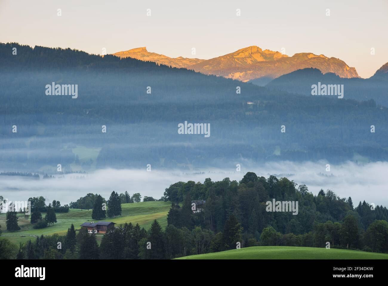 Geografia / viaggio, Austria, Vorarlberg, Stillachtal (Valle di Stillach) con nebbia di mattina presto, a Oberstdorf, alta Allgaeu, beh, Freedom-of-Panorama Foto Stock