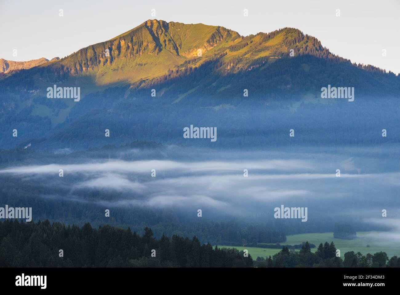 Geografia / viaggio, Germania, Baviera, Stillachtal (Valle di Stillach) con nebbia di mattina presto, a Oberstdorf, dietro di esso Soellerkopf, Freedom-of-Panorama Foto Stock