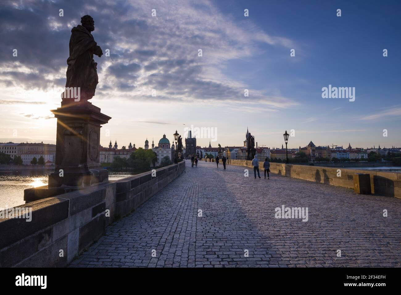 Geografia / viaggio, Czechia, Ponte Carlo con la torre del ponte della città vecchia, patrimonio dell'umanità dell'UNESCO, Praga, Czechia, libertà di panorama Foto Stock