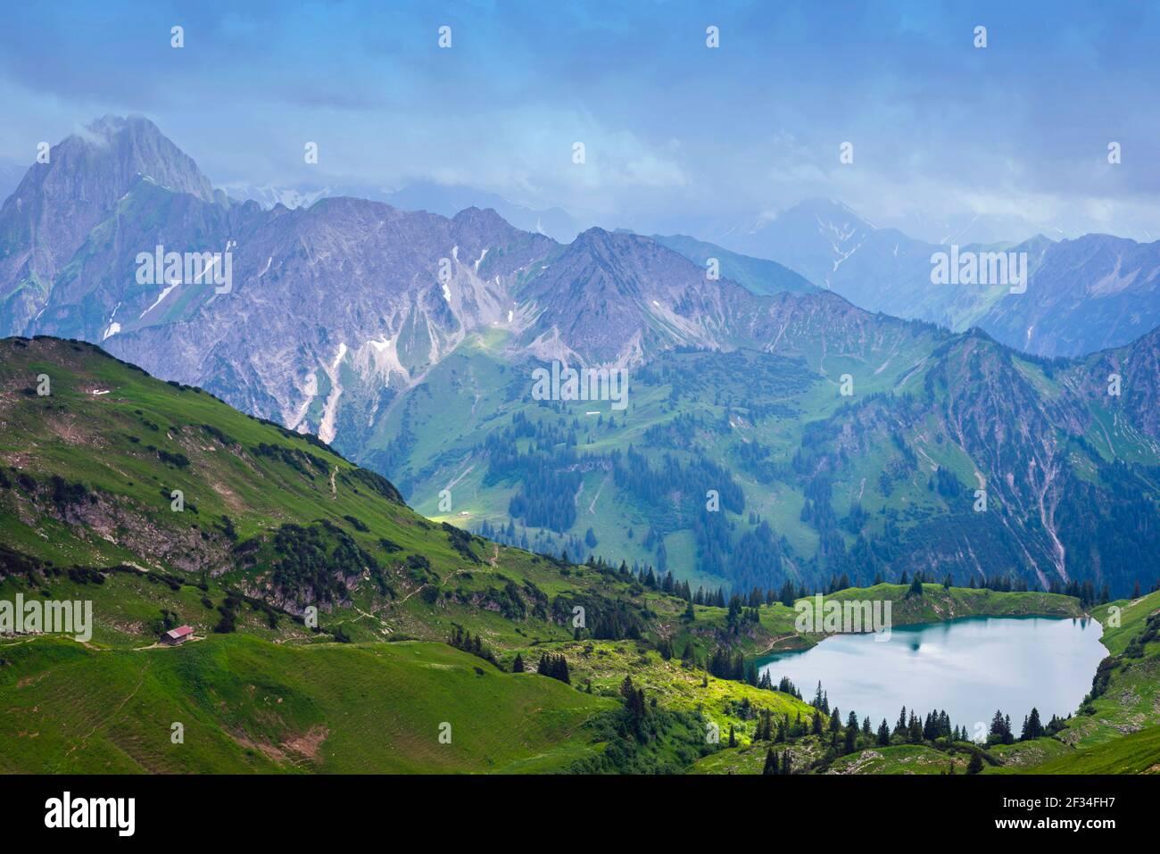 Geografia / viaggio, Germania, Baviera, panorama dal Zeigersattell (crinale di montagna) al Seealpsee (lago), dietro sinistra la H, libertà di Panorama Foto Stock