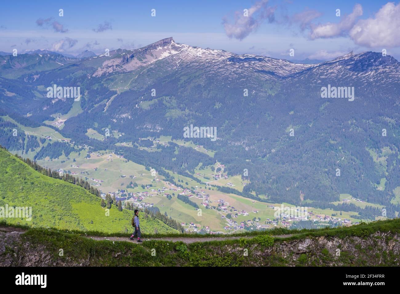 Geografia / viaggio, Austria, Vorarlberg, panorama dal Fellhorn (picco), 2038m, attraverso il piccolo Walsertal (Valle del Walser) a , libertà di Panorama Foto Stock