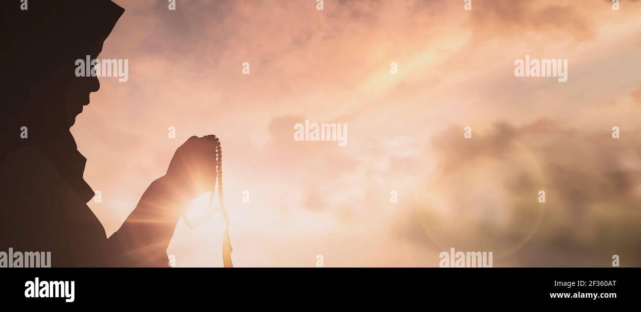 Silhouette di Gesù con la croce sulla nozione di tramonto per la religione, il culto, Natale, Pasqua, Redentore la preghiera di ringraziamento e di lode Foto Stock