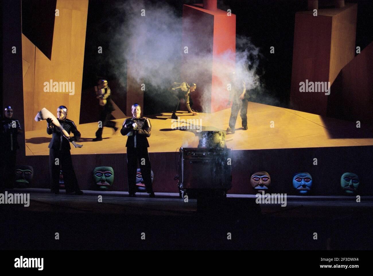 Valkyrie si prepara a bollire gli arti umani in DIE WALKMAN di Wagner alla Royal Opera, Covent Garden, Londra WC2 30/09/1996 direttore: Bernard Haitink design: Nigel Lowery Lighting: Pat Collins regista: Richard Jones Foto Stock
