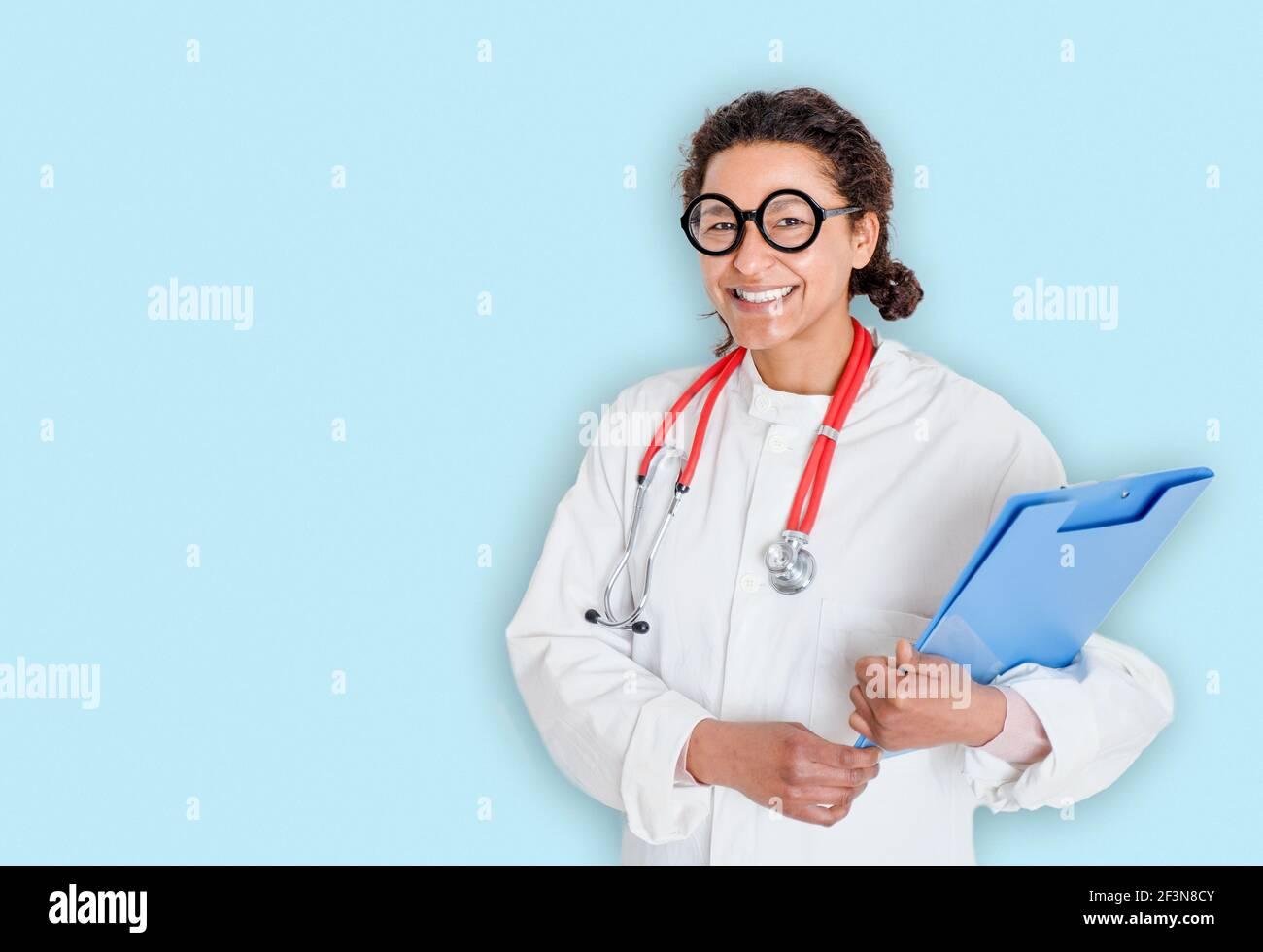 Studio ritratto di donna nera medico su sfondo blu Foto Stock