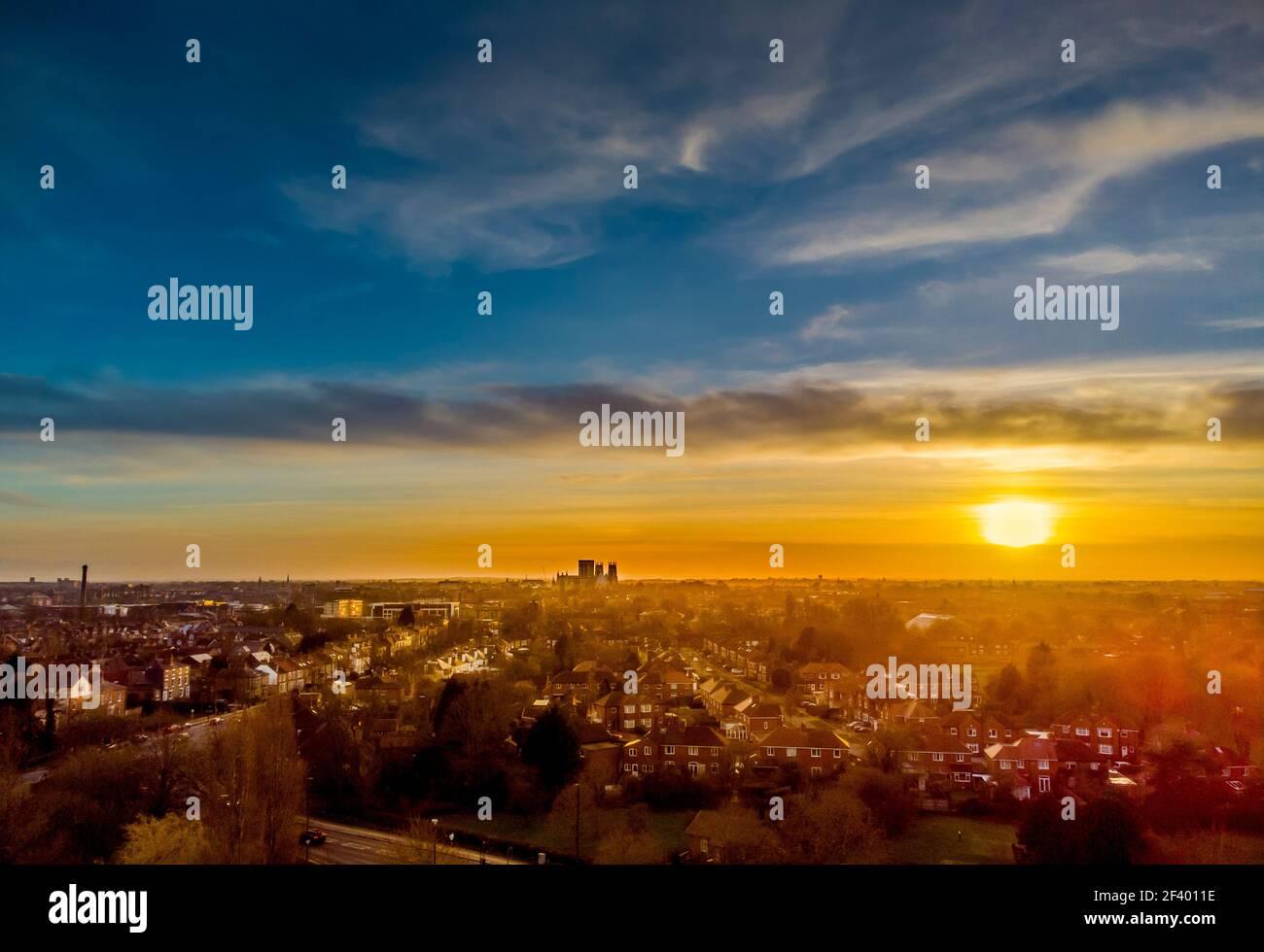 Vista aerea dello skyline di York, guardando a sud-ovest al tramonto con la cattedrale di York in lontananza. REGNO UNITO Foto Stock