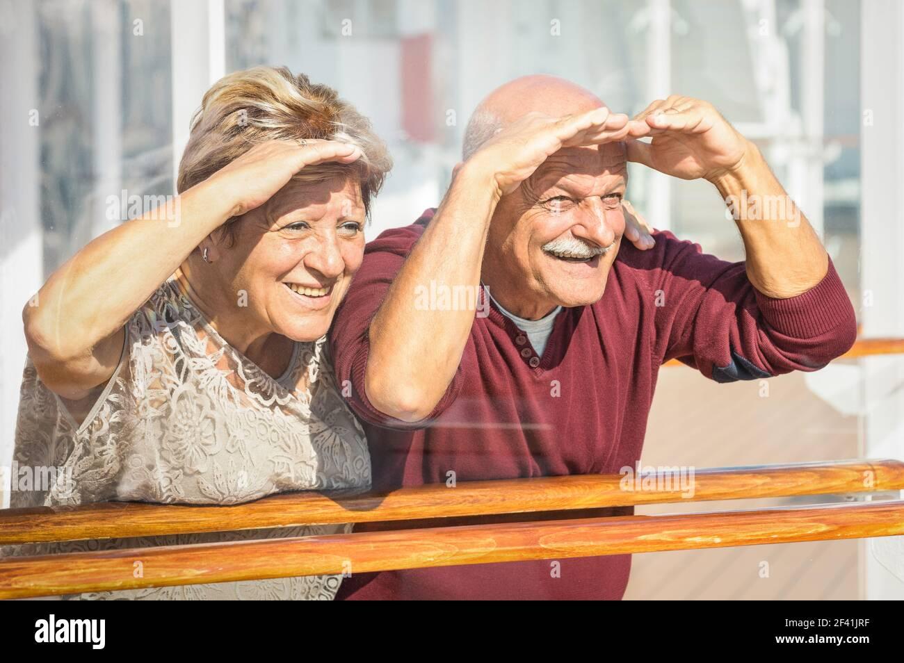 Felice coppia anziana che si diverte guardando al futuro - concetto Di attivi e giocosi anziani durante il pensionamento - stile di vita di viaggio con atteggiamento divertente infantile Foto Stock