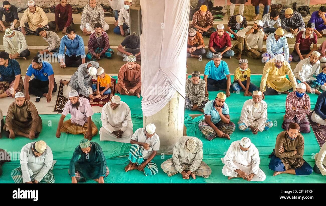 Barishal, Bangladesh. 19 marzo 2021. Nonostante abbia una situazione critica di Covid-19 in Bangladesh con più di 2000 casi quotidiani e il numero di casi in aumento e il governo potrebbe andare a un altro blocco, la gente si riunisce in gran numero in una moschea senza distensione sociale e anche senza alcuna maschera per dire la loro preghiera di Jummah (Venerdì preghiera musulmana) nella città di Barishal in Bangladesh. Credit: Mustasinur Rahman Alvi/ZUMA Wire/Alamy Live News Foto Stock