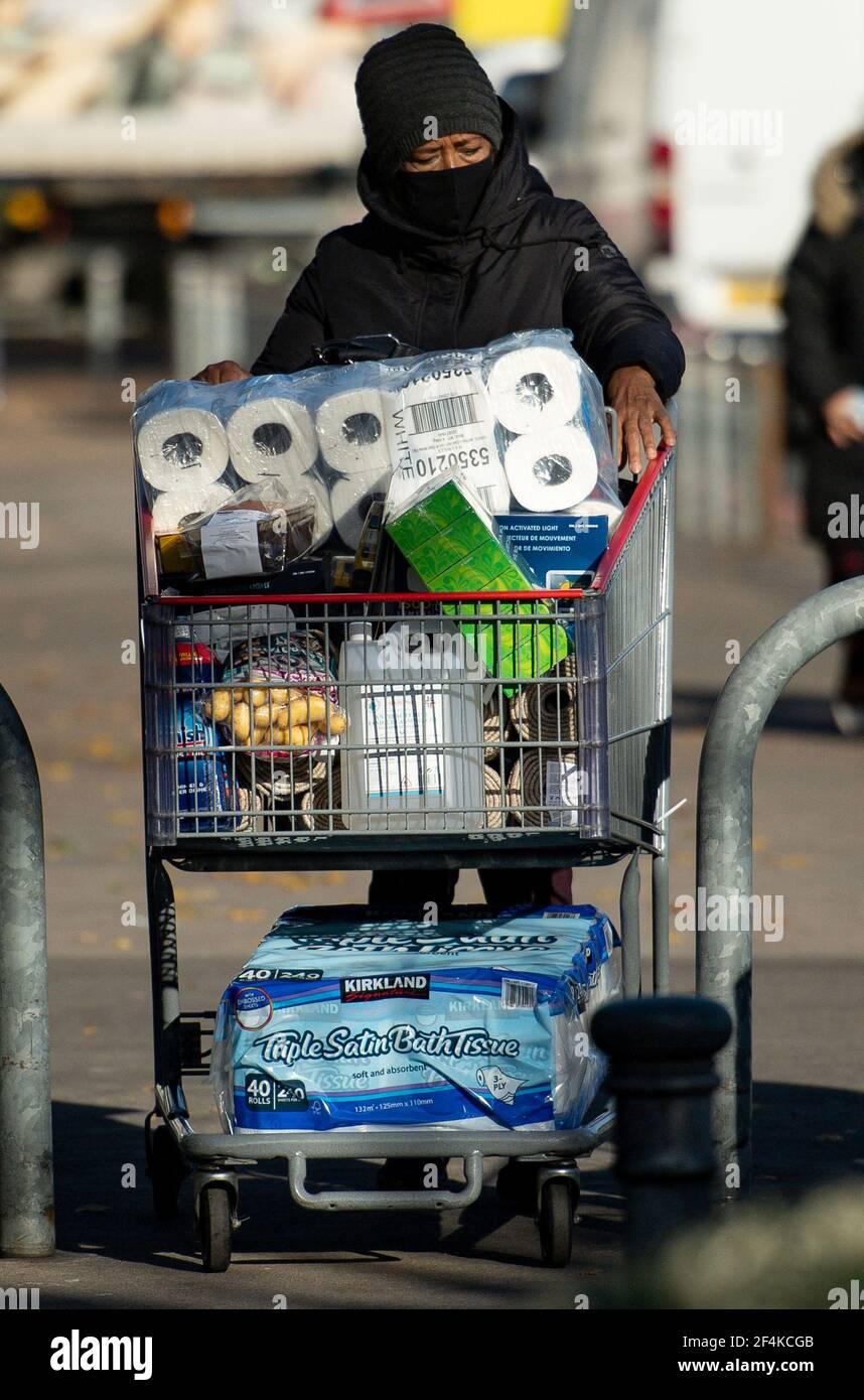 Lime la foto datata 02/11/20 di uno shopper ad un deposito di Costco a Birmingham, davanti ad un secondo blocco nazionale per l'Inghilterra. Martedì ricorre il primo anniversario dell'annuncio del 23 marzo 2020 del primo blocco in tutta la Gran Bretagna. Data di emissione: Lunedì 22 marzo 2021. Foto Stock