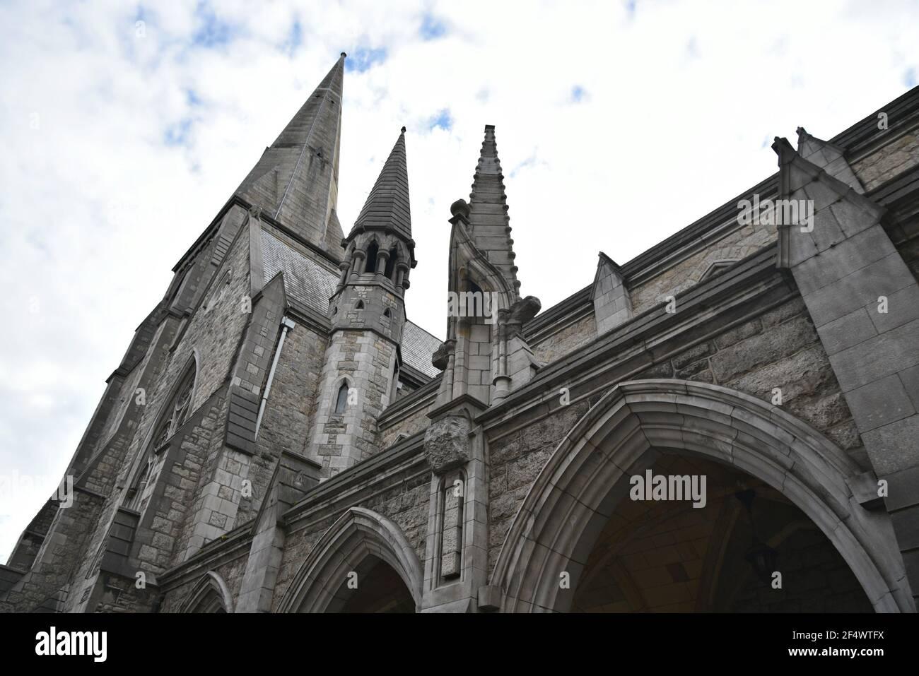 Antica chiesa gotica facciata in pietra a Dublino, Irlanda. Foto Stock