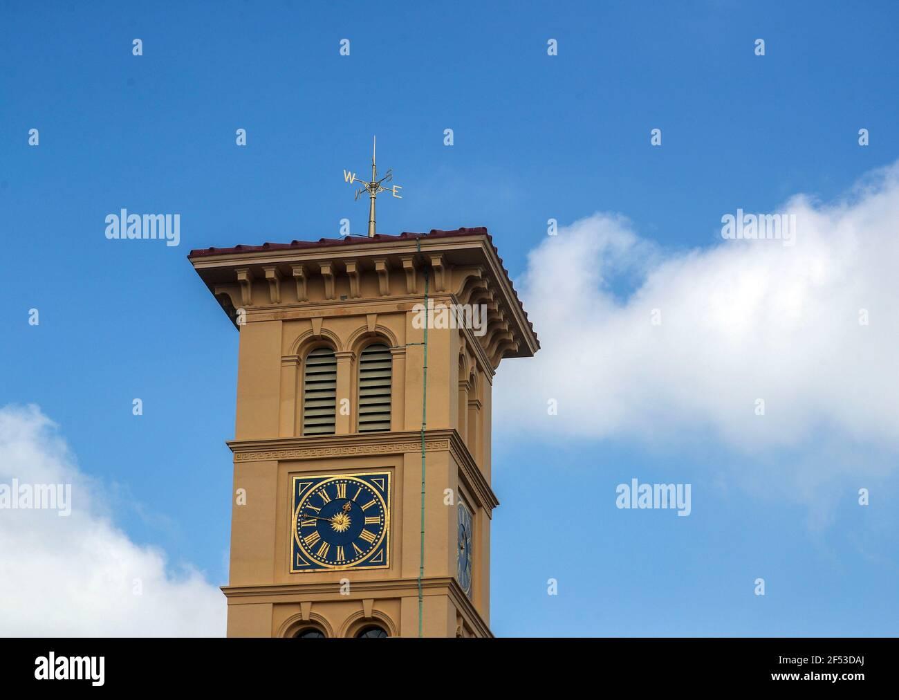 La weathervane vittoriana recentemente restaurata in cima alla torre dell'orologio da 90 metri presso la Osborne House del Patrimonio Inglese a East Cowes, sull'Isola di Wight, dopo un restauro di due anni della paletta dopo che fu danneggiata durante una tempesta. Data immagine: Mercoledì 24 marzo 2021. Foto Stock
