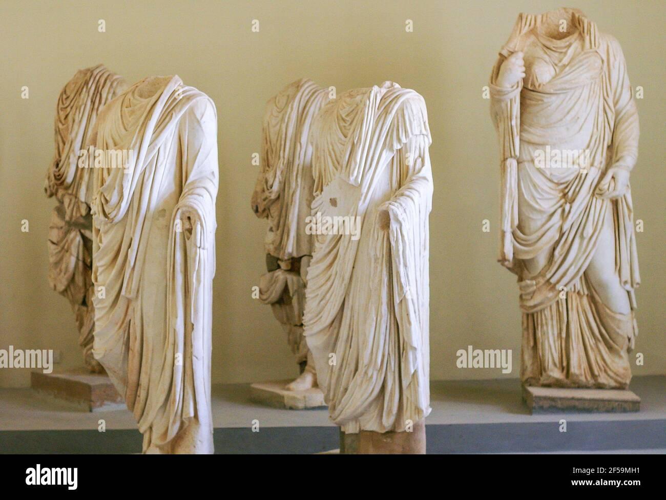Statue figurali in marmo scolpito romano, Museo Leptis Magna, Libia Foto Stock