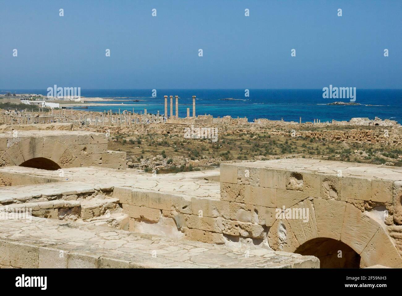 Vista a distanza del Tempio di Iside, rovine romane, Sabrata, Libia Foto Stock