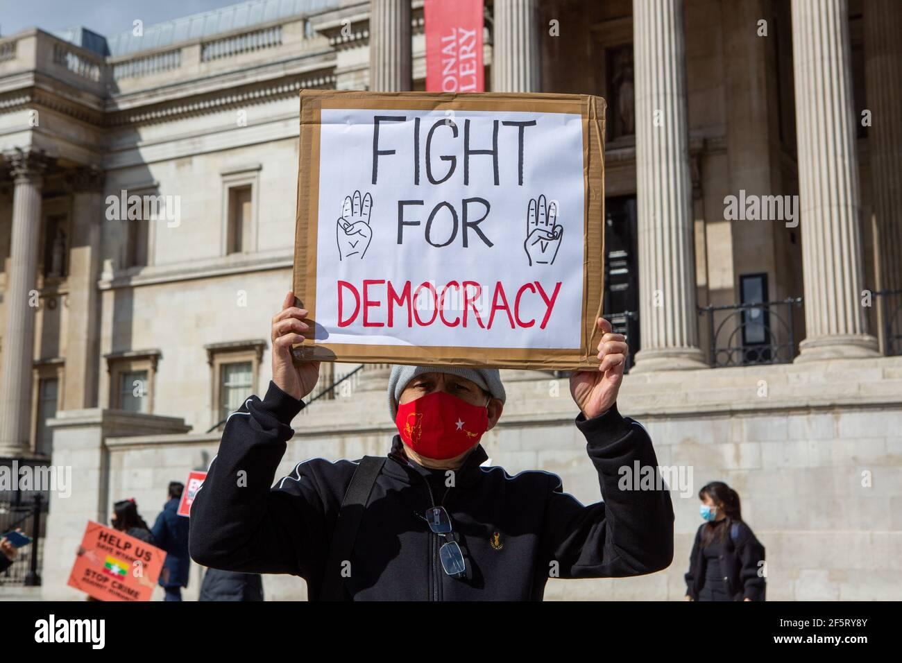 Un manifestante in possesso di un cartello che esprime la sua opinione durante una manifestazione pacifica.Myanmar anti militari colpo di stato dimostranti si sono riuniti a Trafalgar Square mentre dozzine di più sono uccisi nel paese. La polizia e i soldati militari del Myanmar (tatmadow) hanno attaccato i manifestanti con proiettili in gomma, munizioni vive, gas lacrimogeni e bombe stordite in risposta ai manifestanti anti anti anti militari di colpo di stato il sabato in Myanmar, uccidendo più di 90 persone e ferendo molti altri. Almeno 300 persone sono state uccise in Myanmar dal colpo di Stato del 1° febbraio, ha affermato un funzionario delle Nazioni Unite per i diritti umani. Il Myanmar militare detenuto Stato Counsell Foto Stock