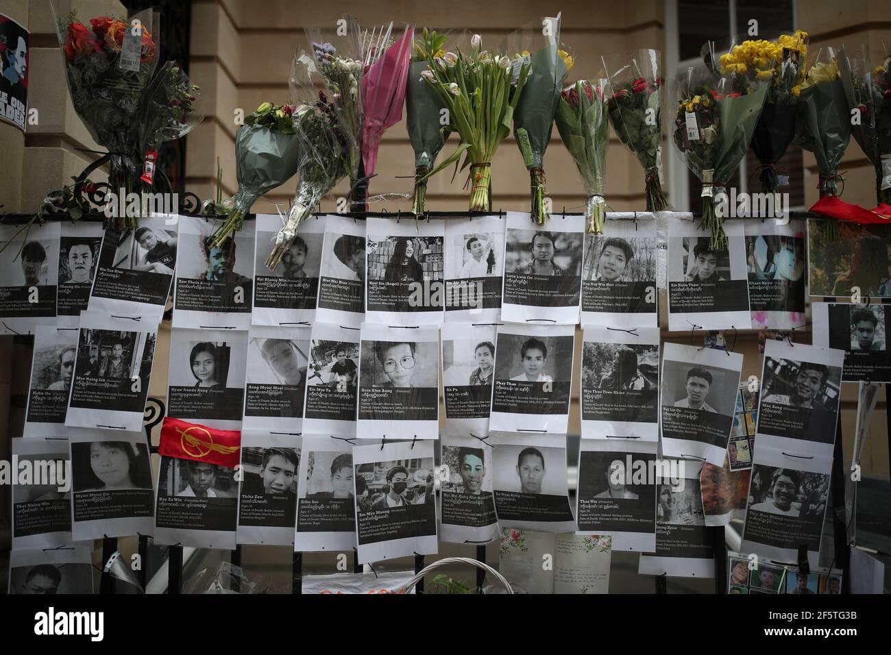 Tributi e segnali di protesta fuori KyiÕs Ambasciata della Birmania a Londra contro il colpo di stato del 1° febbraio che ha cacciato il governo eletto di Aung San Suu. Data immagine: Domenica 28 marzo 2021. Foto Stock