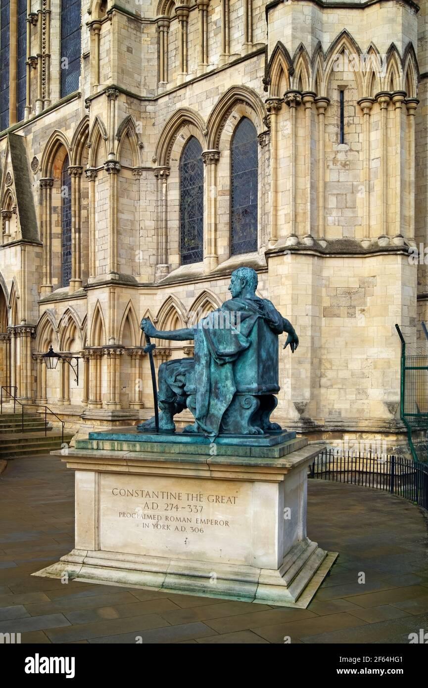 Regno Unito, North Yorkshire, York, parete sud della cattedrale di York e statua di Costantino Il Grande Foto Stock