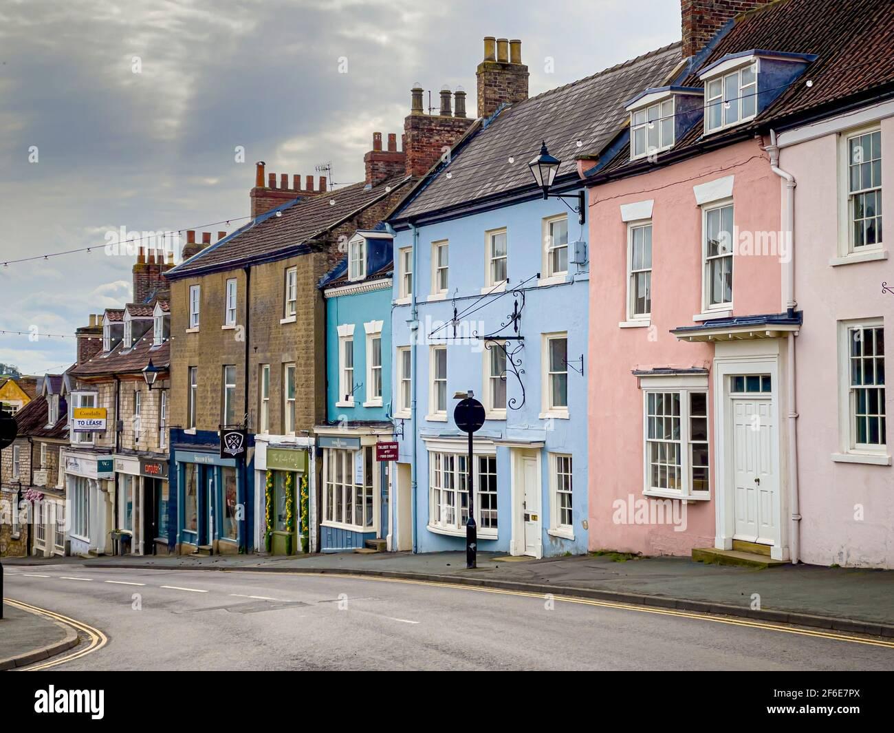 Edifici colorati di Market Street. Malton, North Yorkshire, Regno Unito. Foto Stock