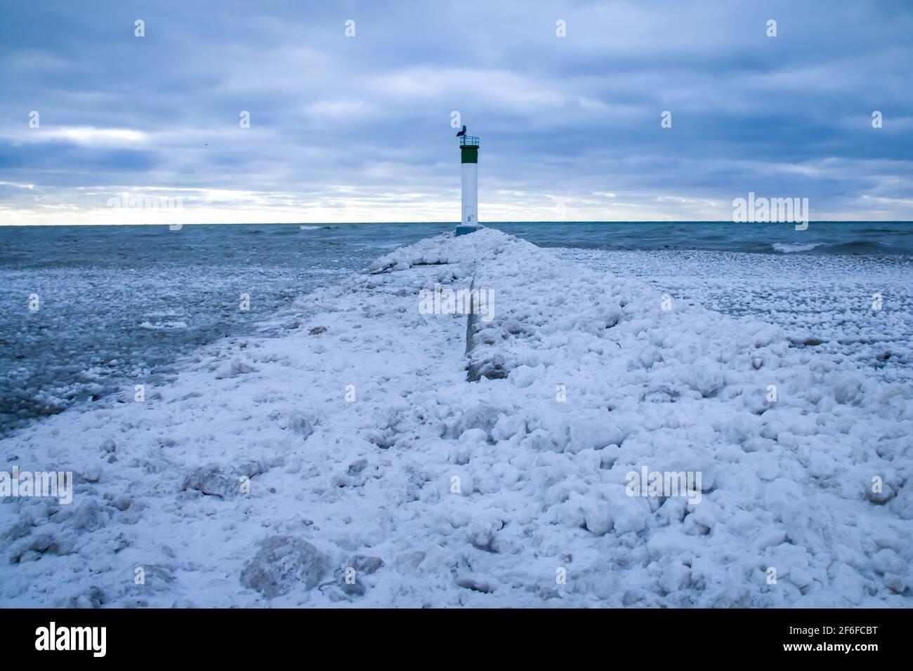 Un percorso di neve e ghiaccio che conduce fino al molo al faro di Grand Bend a Grand Bend Beach nel gennaio 2021, Lambton Shores. Foto Stock