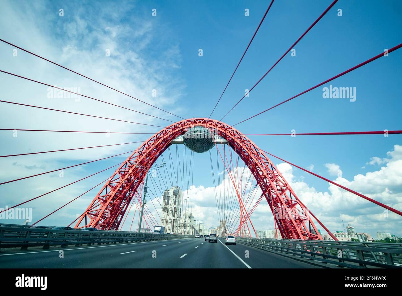 Mosca, Russia - 12 luglio 2020: Ponte rosso a Mosca con cavo. Struttura tecnica unica. Foto Stock