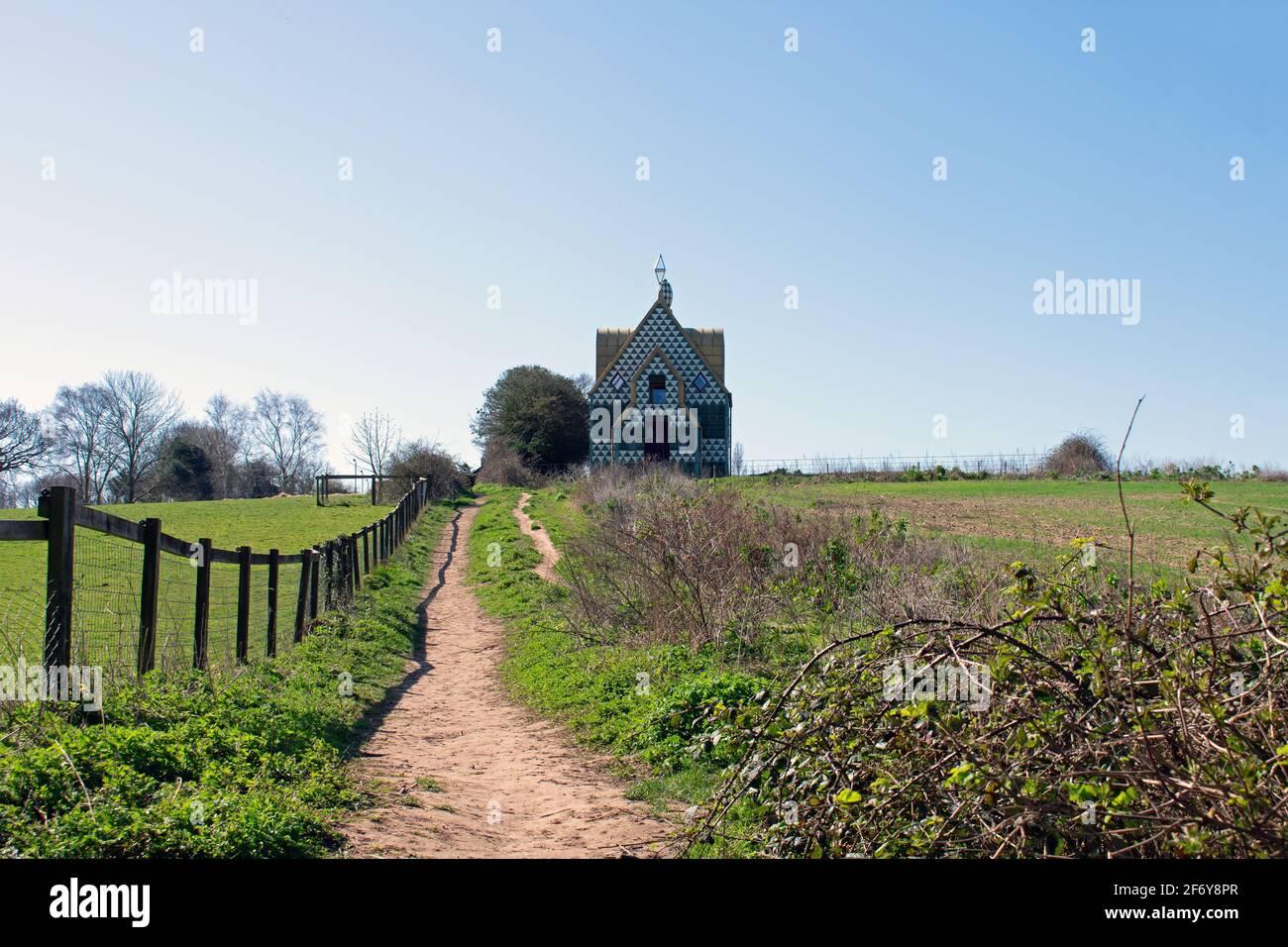 Camminando lungo un sentiero pubblico fino alla collina verso UNA Casa per Essex di Grayson Perry a Wrabness, Essex, Regno Unito Foto Stock