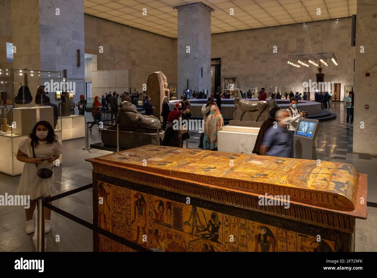 Cairo, Egitto. 4 Apr 2021. I visitatori del Museo Nazionale della Civilizzazione Egiziana, il Cairo, Egitto, il primo giorno della sua apertura al pubblico di credito: B.o'Kane / Alamy Live News Foto Stock