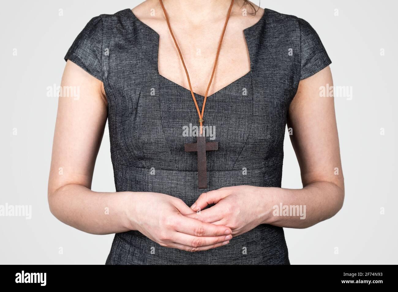 Donna con una croce di legno intorno al collo. Religione e credo. Foto Stock