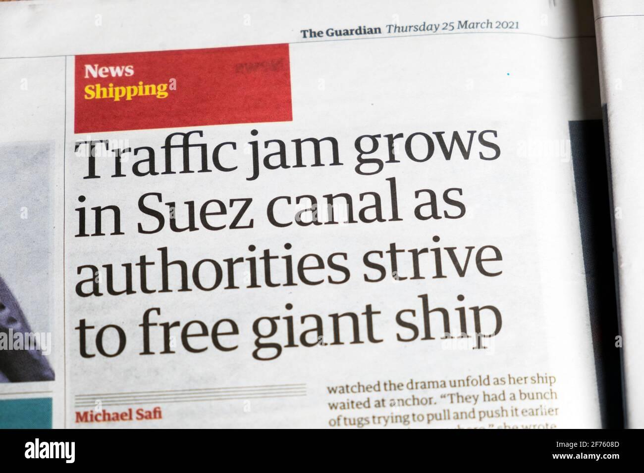 Notizie di spedizione 'la marmellata di traffico cresce nel canale di Suez come autorità Sforzatevi di liberare il giornale della nave gigante titolo articolo Guardian 25 Marzo 2021 Londra UK Foto Stock