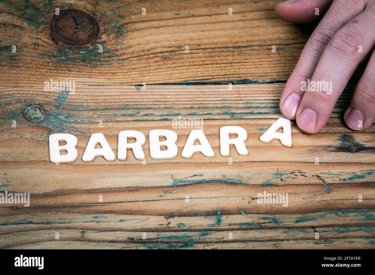 BARBARA. Nome delle donne e delle ragazze. Lettere bianche dell'alfabeto su sfondo ligneo Foto Stock