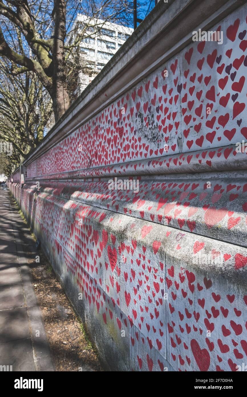 Londra, Regno Unito - Aprile 2021. Il National Covid Memorial Wall. Quasi 150,000 cuori saranno dipinti da volontari, uno per ogni vittima Covid-19 nel Regno Unito Foto Stock