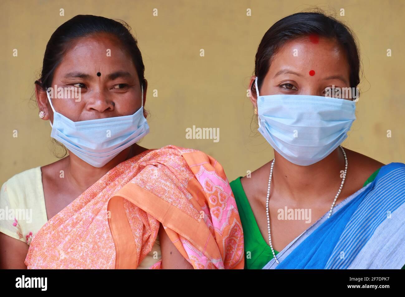 Kamrup, Assam, India. 6 Apr 2021. Gli elettori di un seggio nella terza fase delle elezioni dell'Assemblea di Assam, in un villaggio in mezzo alla pandemia del coronavirus COVID-19 il 6 aprile 2021 a Kamrup, India. Le elezioni dell'assemblea nello stato di Assam si sono svolte in tre fasi a partire da marzo 27. I voti sono stati interrogati in 1, 53,538 stazioni di polling distribuite oggi in 475 circoscrizioni di Assemblea in cinque stati dell'India. Credit: David Talukdar/ZUMA Wire/Alamy Live News Foto Stock