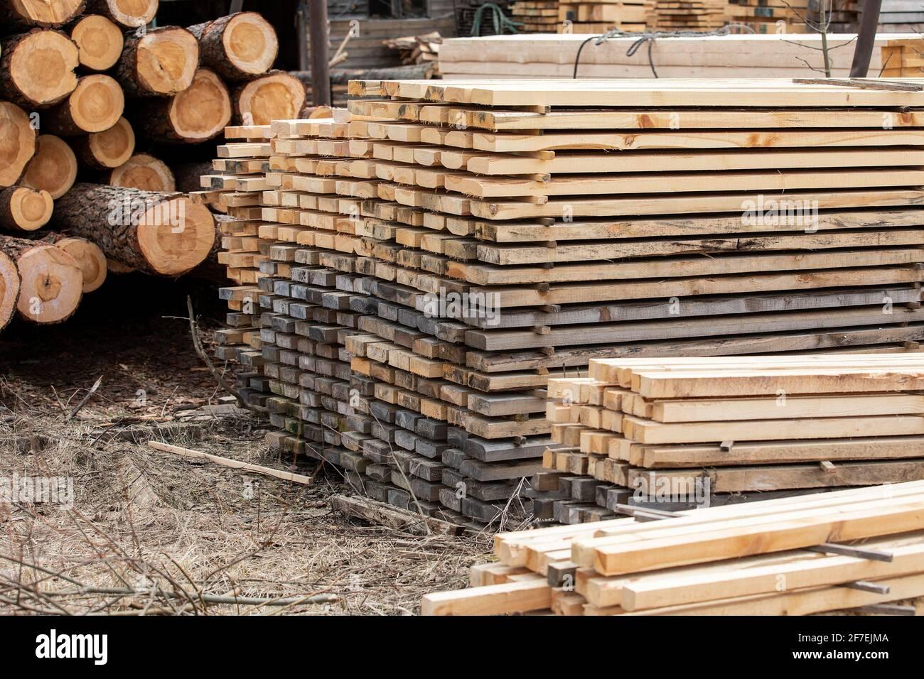 Segati e assi impilati. Produzione, trasporto e consegna legname. Fabbrica e industria. Foto Stock