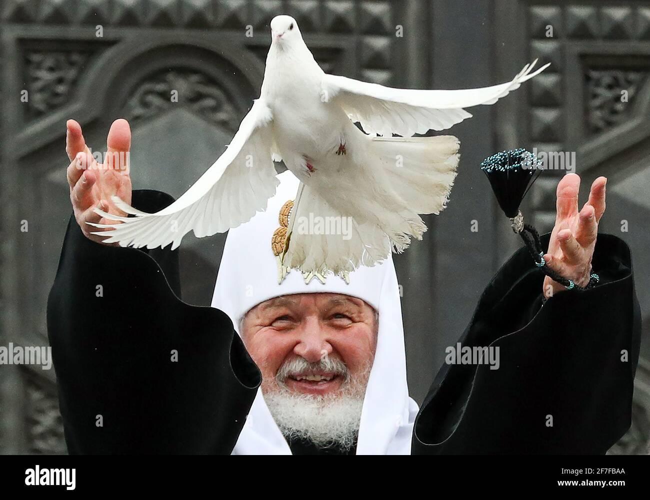 Mosca, Russia. 7 Apr 2021. Il Patriarca Kirill di Mosca e tutta la Russia rilascia colombe nel cielo per celebrare la festa dell'Annunciazione fuori della Cattedrale di Cristo Salvatore. Credit: Mikhail Tereshchenko/TASS/Alamy Live News Foto Stock