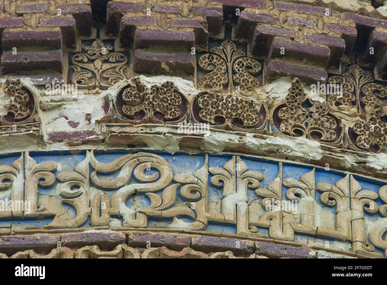 Particolare di iscrizioni Kufic stucco, Resget, torre della tomba, Mazanderan, Iran Foto Stock