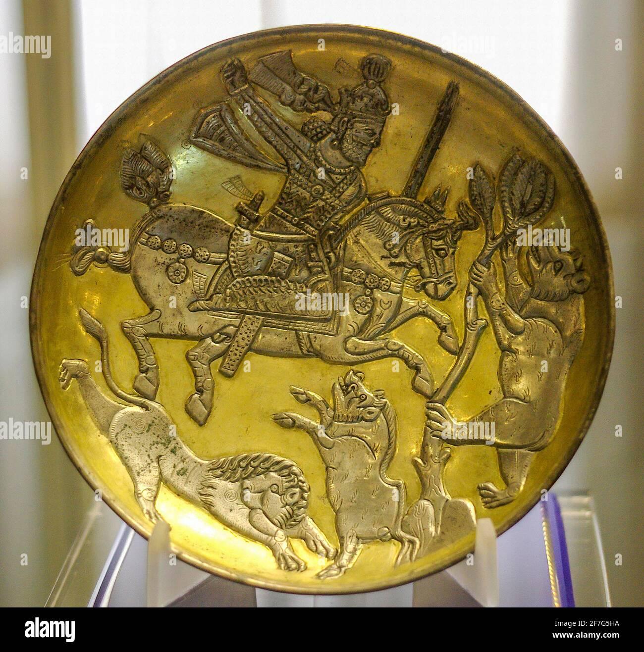 Piatto d'argento dorato sasaniano raffigurante il Re che caccia un leone, un cinghiale e un orso, Museo Tabriz, Iran. Foto Stock