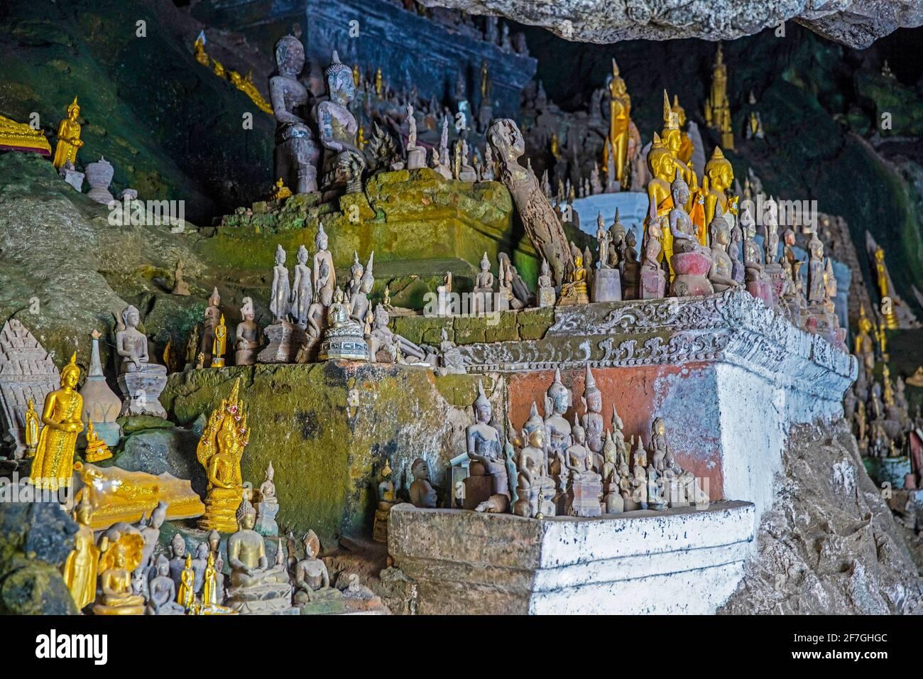 Statue di Buddha all'interno della grotta inferiore / Tham Ting alle Grotte di Pak ou lungo il fiume Mekong vicino a Luang Phabang / Luang Prabang, Laos Foto Stock