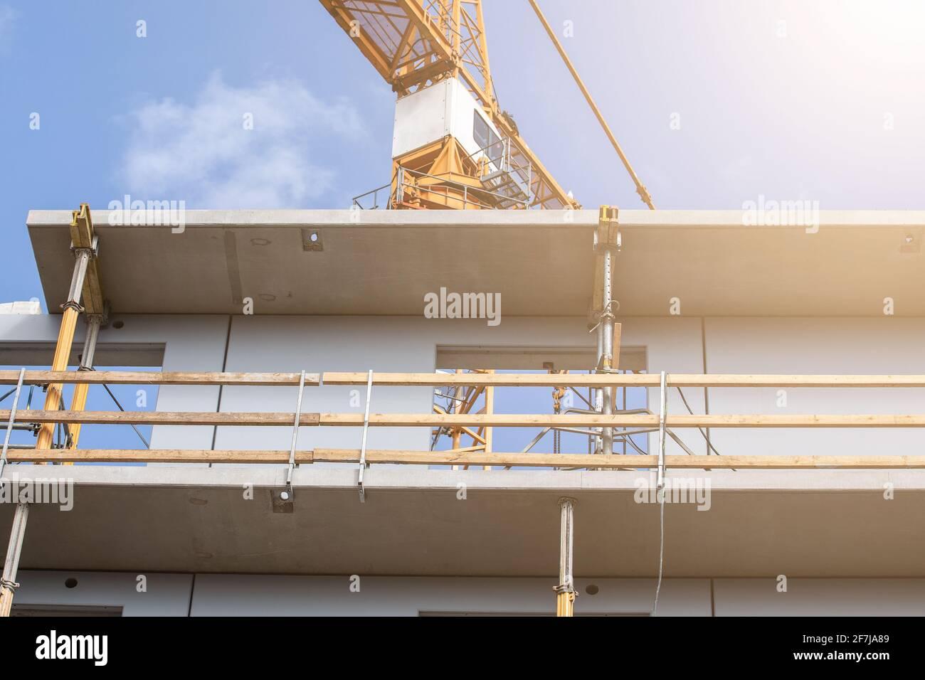 Costruzione di casa appartamento. Balcone e strutture. Sicurezza sul lavoro. Foto Stock