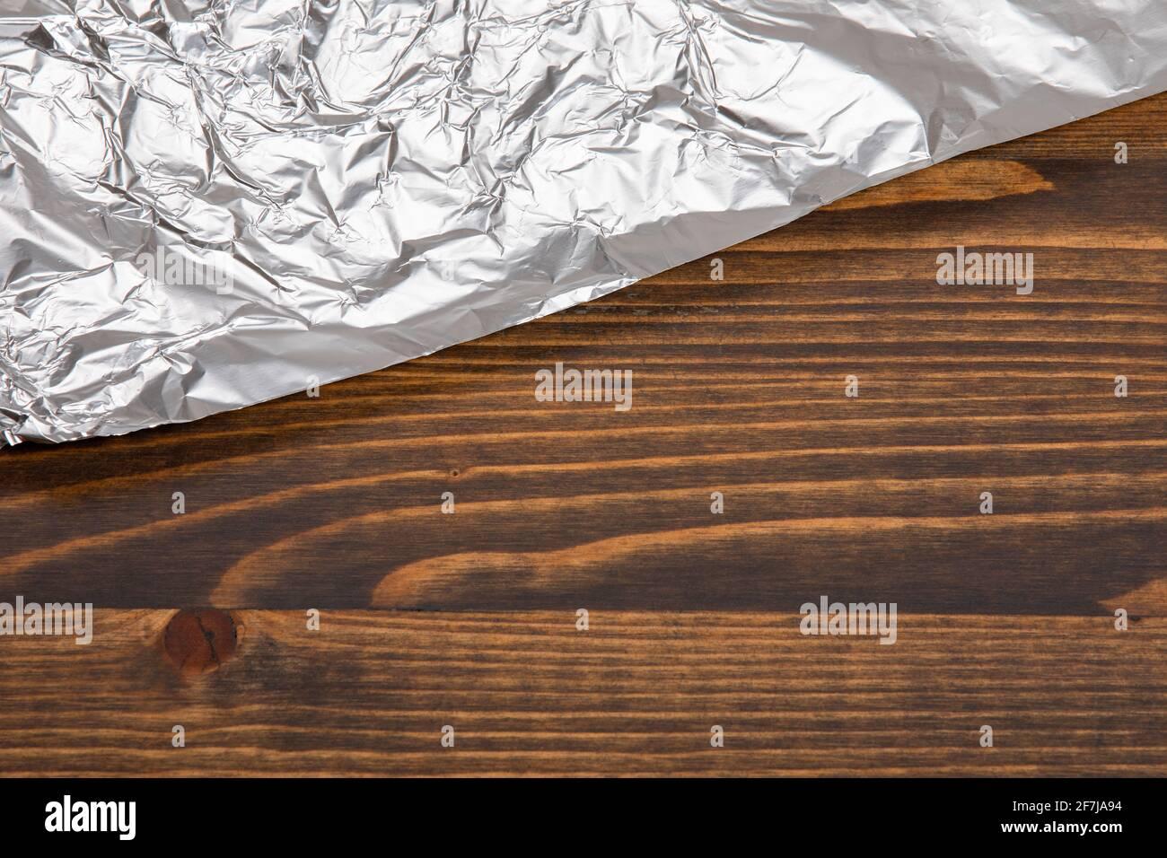Foglio di cibo su un tavolo di legno scuro. Foto Stock