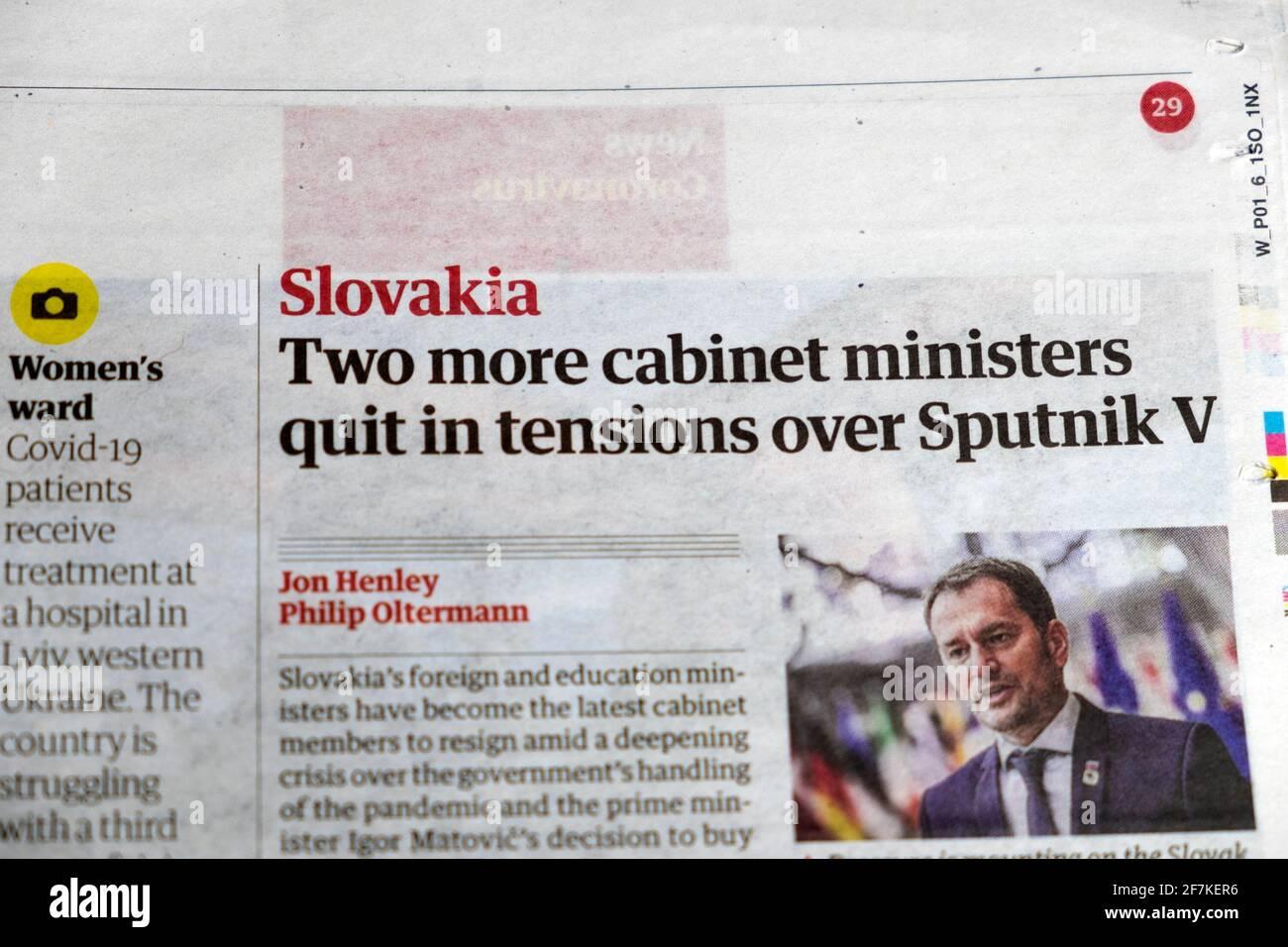 'Lovakia altri due ministri del governo si sono ritirati nelle tensioni su Sputnik V' titolo del giornale all'interno dell'articolo della pagina in Guardian 25 marzo 2021 Londra Regno Unito Foto Stock