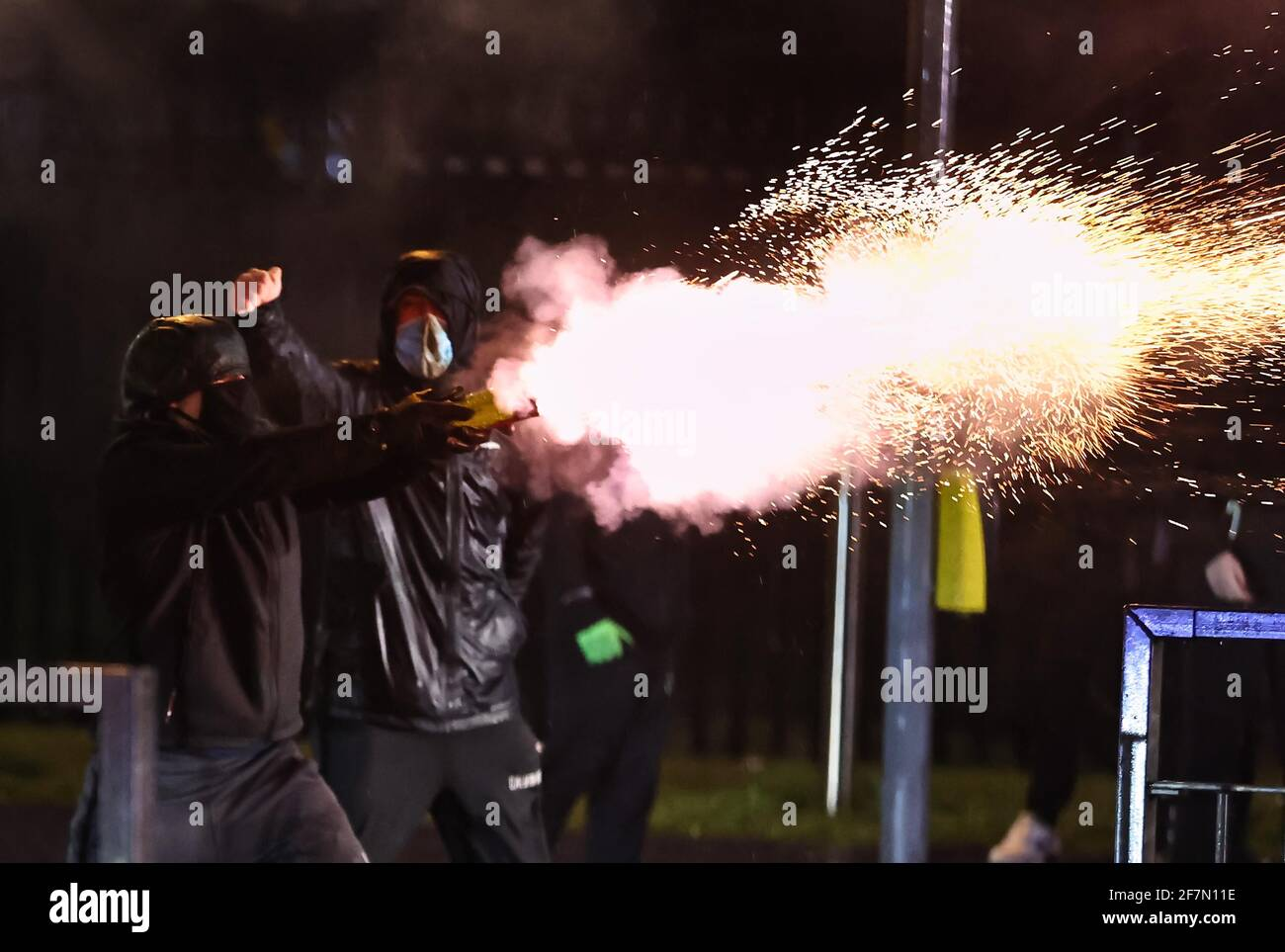 Giovani fuochi d'artificio al PSNI sulla strada Springfield, durante ulteriori disordini a Belfast. Data immagine: Giovedì 8 aprile 2021. Foto Stock