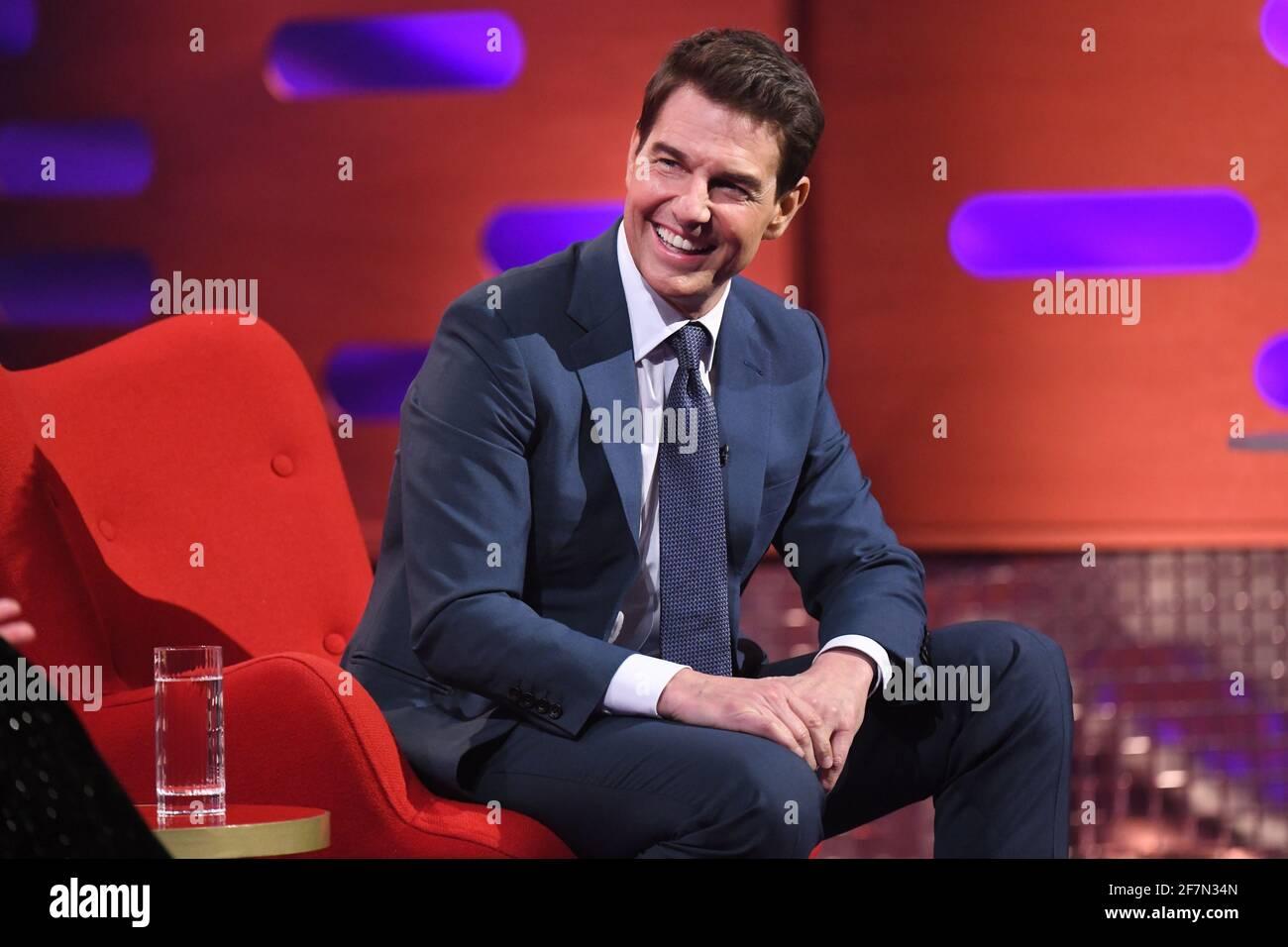 USO EDITORIALE SOLO Tom Cruise durante le riprese per il Graham Norton Show presso il BBC Studioworks 6 Television Center, Wood Lane, Londra, che sarà trasmesso sulla BBC One il venerdì sera. Foto Stock