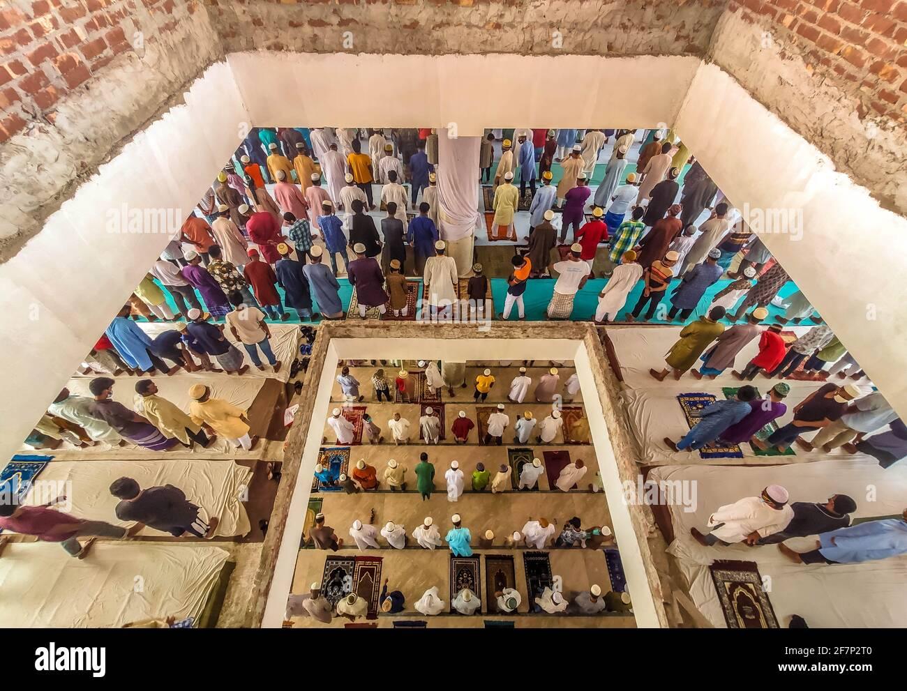 Barishal, Barishal, Bangladesh. 9 Apr 2021. Nonostante la situazione di blocco in Bangladesh a causa di un aumento della quantità di pazienti Covid-19 ogni giorno e i decessi sono aumentati in cima, ancora la gente non mantiene una distanza sociale minima per pregare la loro preghiera musulmana Jummah in una moschea a Barishal City. Credit: Mustasinur Rahman Alvi/ZUMA Wire/Alamy Live News Foto Stock