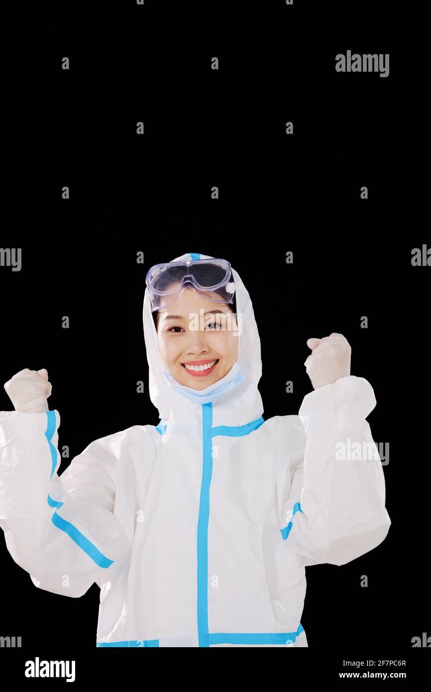 Un medico delle donne che prende le maschere celebrare Foto Stock